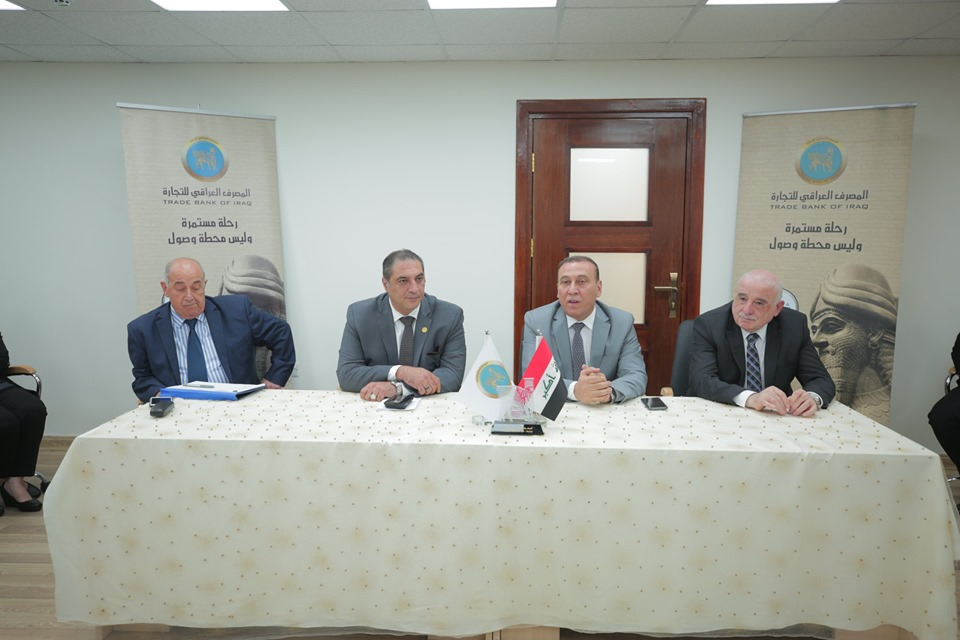 A part of the dialogue session held by the Iraqi Bank for Trade and the granting of loans to citizens wishing to buy solar applications at the initiative of the adviser to Prime Minister Abdul Hussein Al-Henin. AlHunain_01